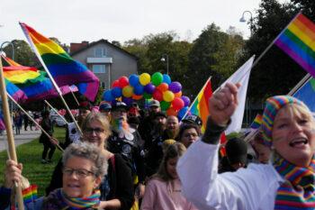 Måla en regnbåge – plakatverkstad inför Gnesta Pride